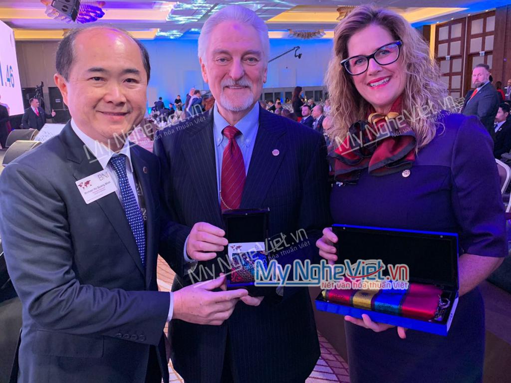 Chủ tịch BNI Việt Nam Hồ Quang Minh tặng quà cho Mr Ivan Misner và vợ.