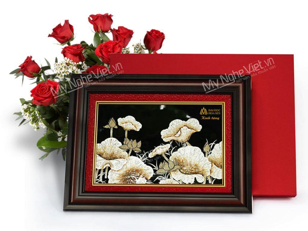 Tranh sơn mài hoa sen có khung cao cấp