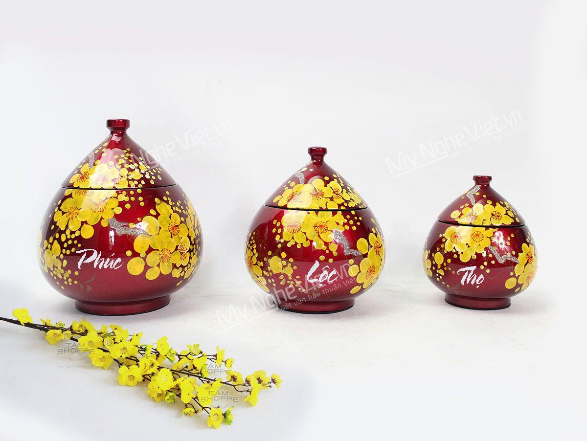 Quà tặng hũ mứt Tết sơn mài đỏ đô vẽ hoa mai cao cấp