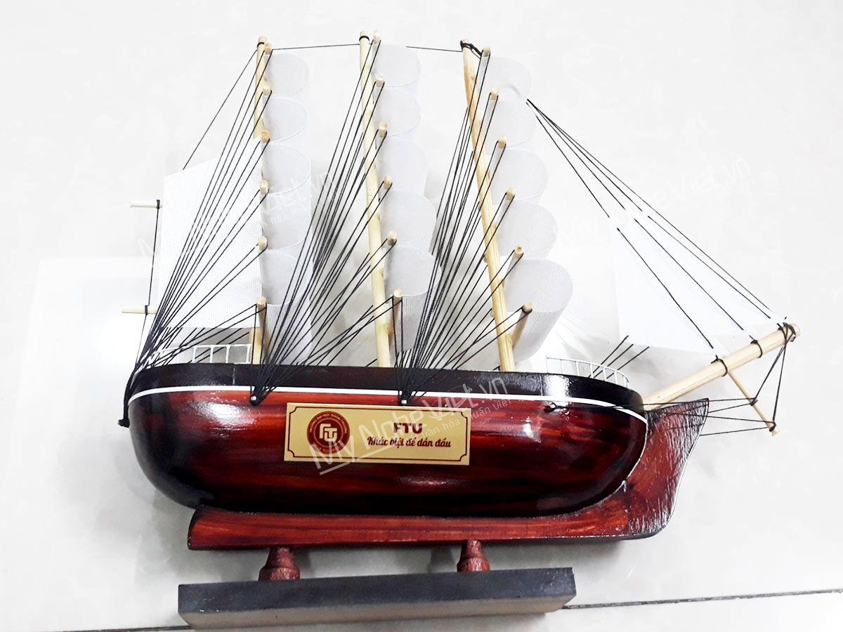 Quà tặng thuyền in logo ý nghĩa của trường Đai học Ngoại thương
